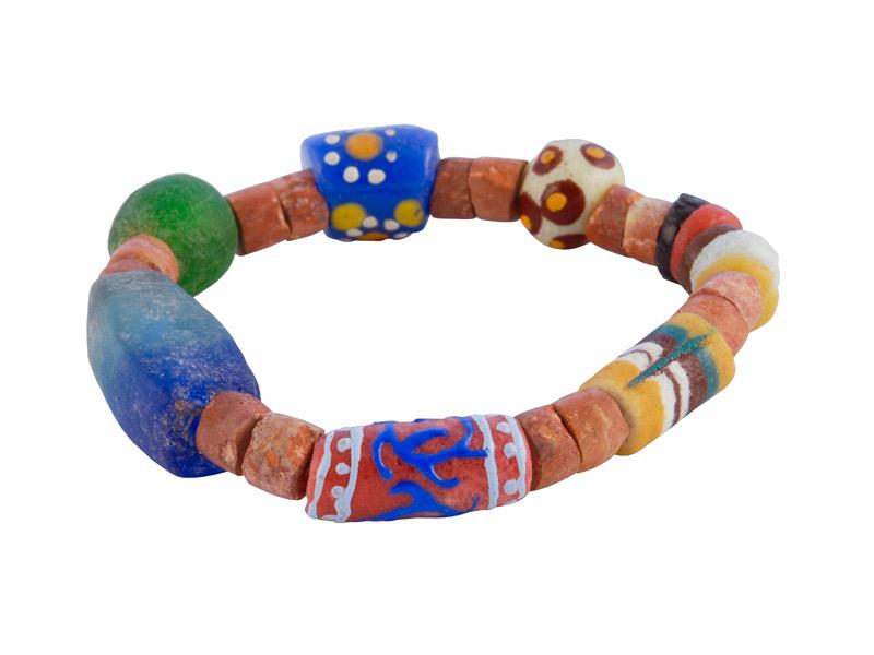 Ghanese armband met glaskralen en kralen van bauxiet