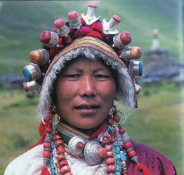Tibetaanse vrouw met zilveren sieraden
